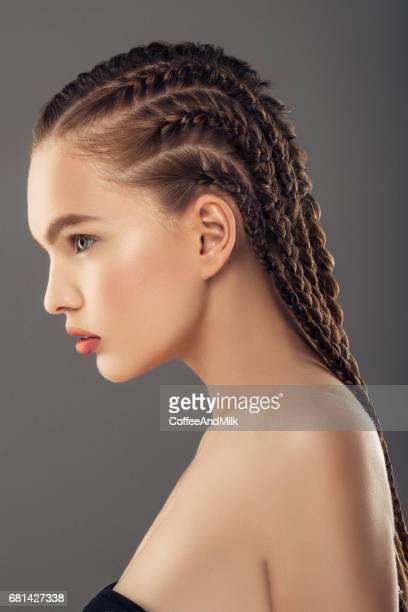 jeune belle femme - cheveux tressés photos et images de collection