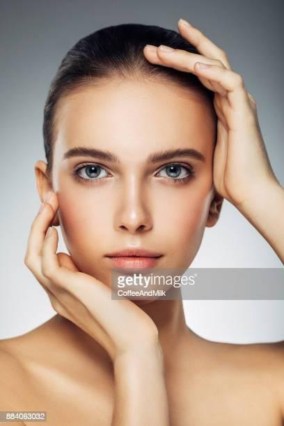 jeune belle femme - jolie brune femmes yeux bleus photos et images de collection