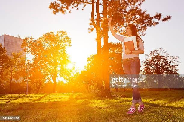 Jeune Belle femme lisant un livre dans le parc.
