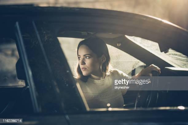 jonge mooie vrouw omkeren tijdens het rijden van een auto. - terugtrekken stockfoto's en -beelden