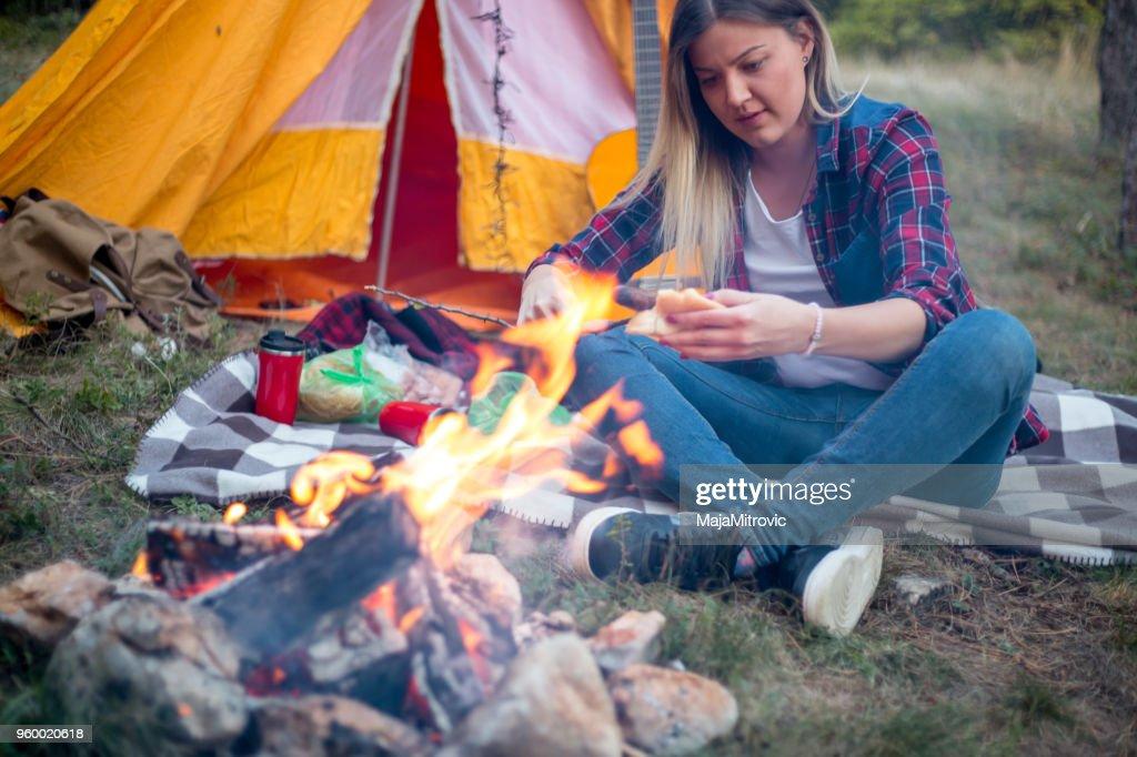 Junge schöne Frau sitzt vorne Zelt beim camping am Vormittag Zeit zur Verfügung. : Stock-Foto