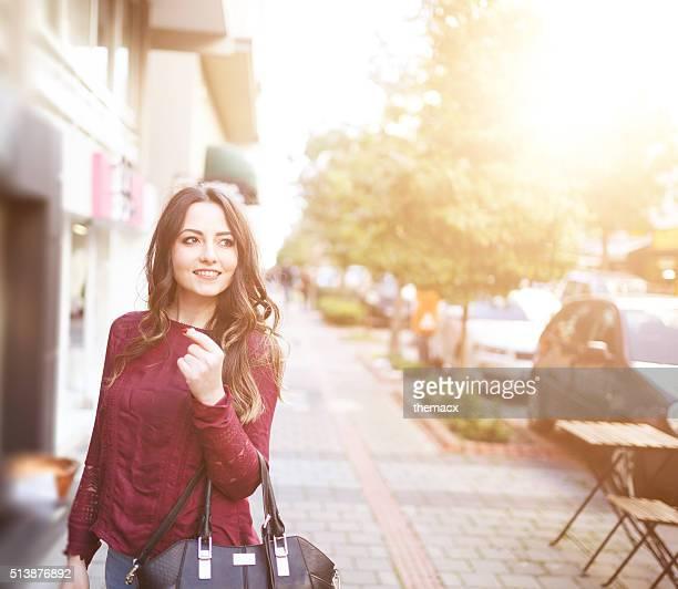 Junge schöne Frau Lächeln mit Urban Szene