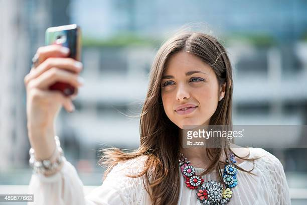 Joven hermosa mujer tomando autofoto