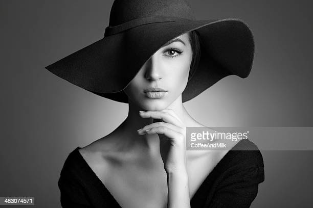 jeune belle femme portant chapeau noir - femme vintage noir et blanc photos et images de collection