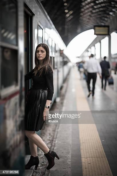 Jeune Belle femme avec une robe noire pour se rendre à la gare