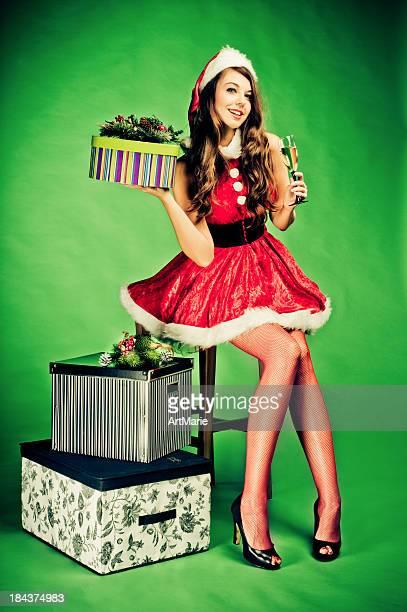 junge schöne frau mit weihnachten präsentiert - weihnachtsfrau stock-fotos und bilder
