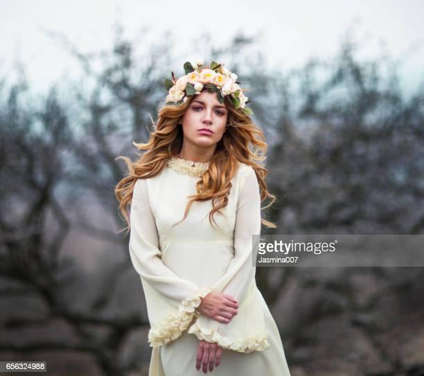 Junge schöne Frau mit Blumen