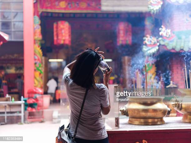 young beautiful women travelling and taking photo - ibnjaafar stock photos and pictures
