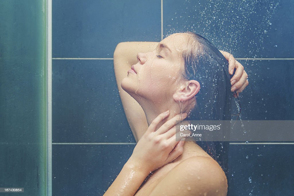 Joven belleza en la ducha : Foto de stock