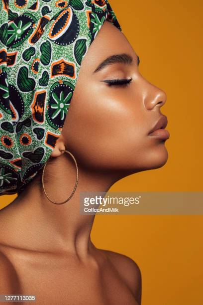 アフロヘアスタイルの若い黒い美しさ - brown hair ストックフォトと画像