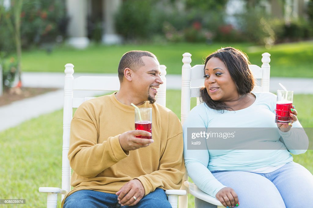 picture-young-black-couple-having-drink