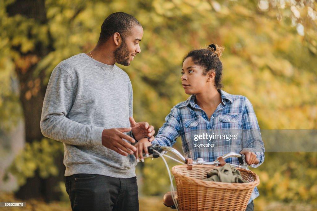 Junge schwarze paar im Park miteinander zu reden. : Stock-Foto