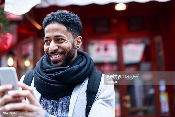 Jeune homme noir s'amusant dans le quartier Latine