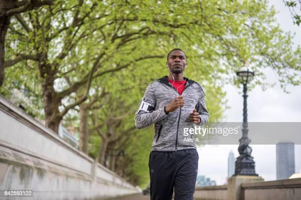 joven negro para correr en londres - black pants fotografías e imágenes de stock