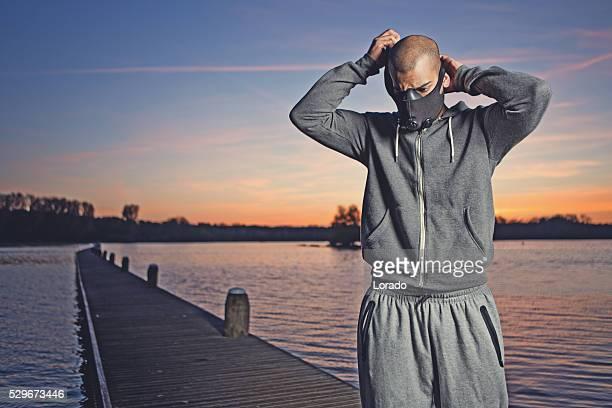 Junger Schwarzer Mann Vorbereitung für Übung im Morgengrauen auf See