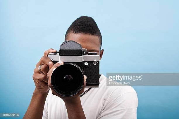 若い黒人男性を使用した古風なカメラ