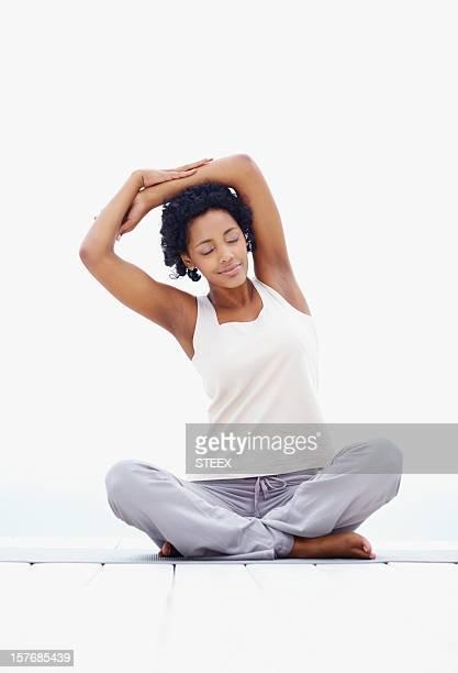 Giovane donna esercitando-nero sfondo luminoso