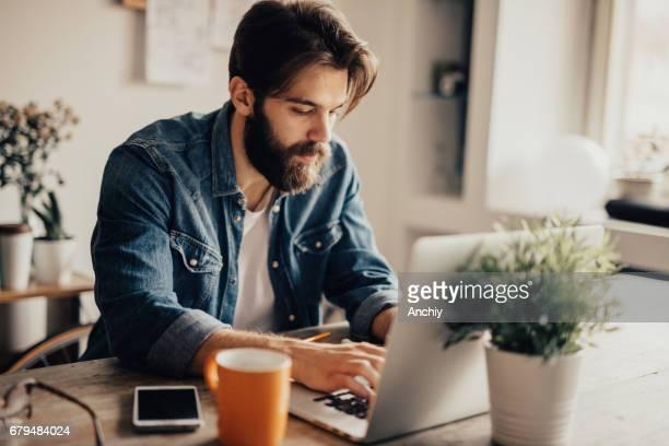 Junge Blogger schreiben einen Artikel über laptop