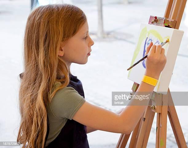 Junges Blondes Mädchen Künstler an die Tafel.