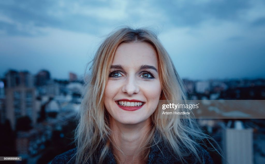 Young blond haired woman smiling and looking aside : Stock-Foto