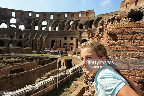 giovane turista in capelli biondi colosseo, roma, italia - monumento foto e immagini stock