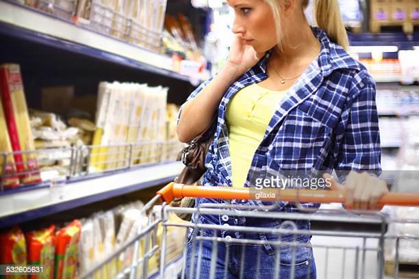 Jungen blonden Frau kaufen Speisen.