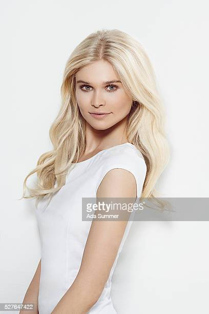 young blond woman in white shirt - 白い服 ストックフォトと画像