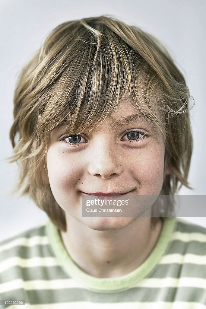 young blonde boy smiling to the cammera. : Foto de stock