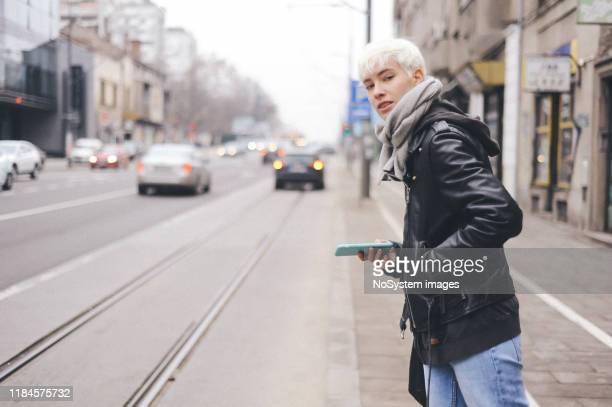 rubia joven, pelo corto, mujer urbana - gender fluid fotografías e imágenes de stock