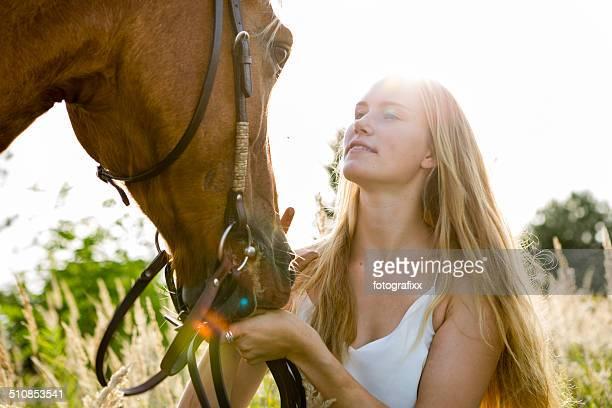 Junge blonde Frau und Ihr Pferd