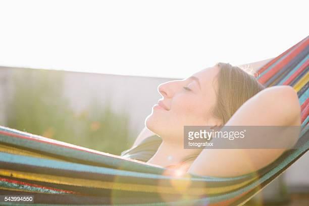 Junge blond Frau Entspannen in der Hängematte, Sommer, Sonne, geschlossene Augen