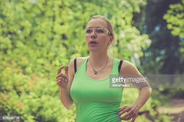 Junge Blondine Frau läuft im Freien im Wald