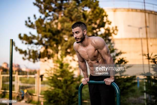Jeune bodybuilder sur sa force de travail