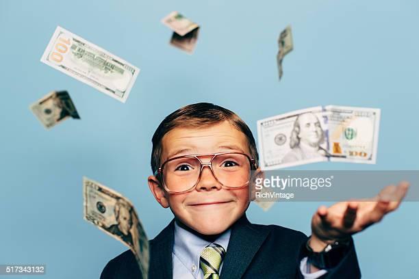 junge buchhalter trägt brille mit sinkenden geld - unterschicht stereotypen stock-fotos und bilder