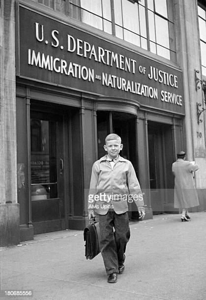young boy after receiving us citzenship in new yor - 1956 stock-fotos und bilder