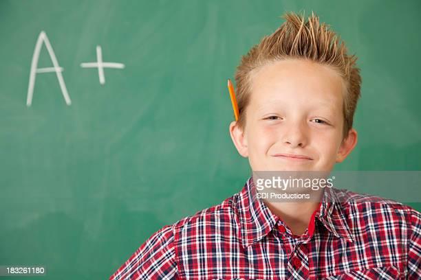 Junge in der Schule stolz auf seine erfolgreiche Grade