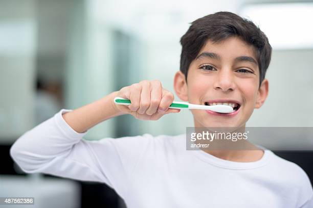 Young boy ブラッシング彼の歯