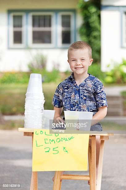 Jeune garçon affaires Entrepreneur Lemonade Stand commercial