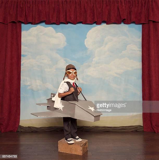 Jeune homme d'affaires et de pilote garçon avec jouet avion