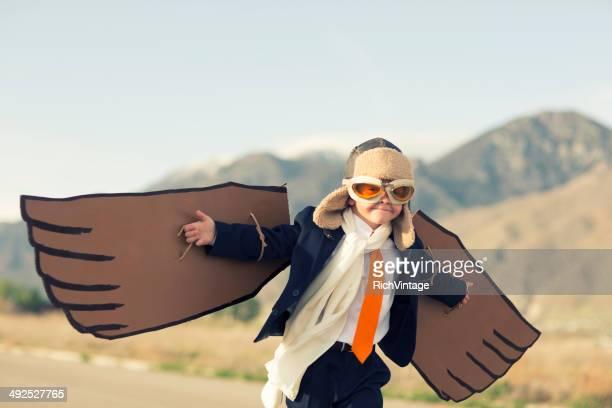 Junge gekleidet als Geschäftsmann Pliot fliegt