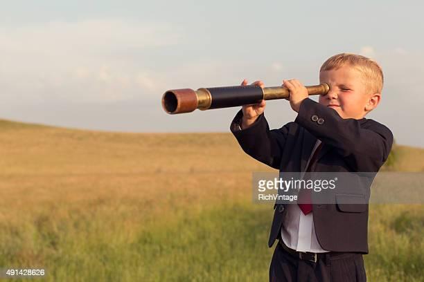 Junge Geschäftsmann Blick durchs Fernglas
