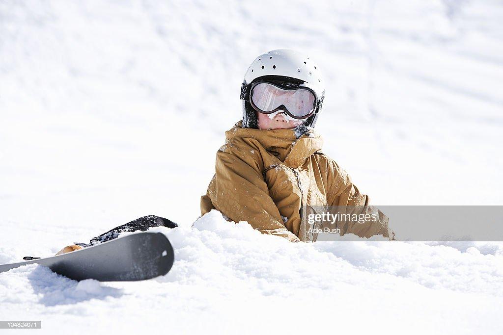 Jeune garçon recouvert de neige avec des skis : Photo
