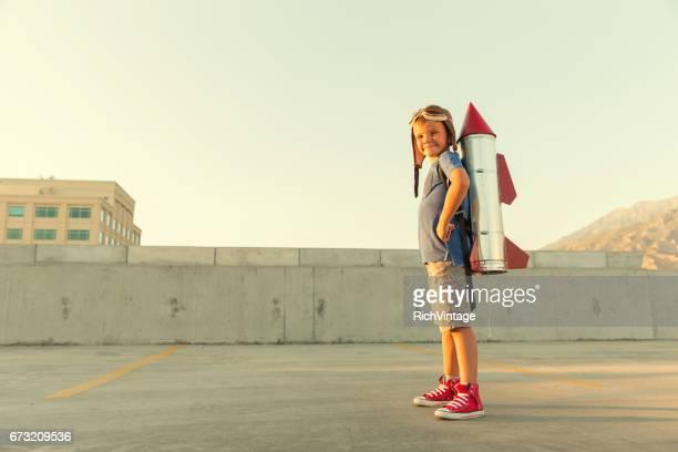 Jonge jongen dromen om een Astronaut