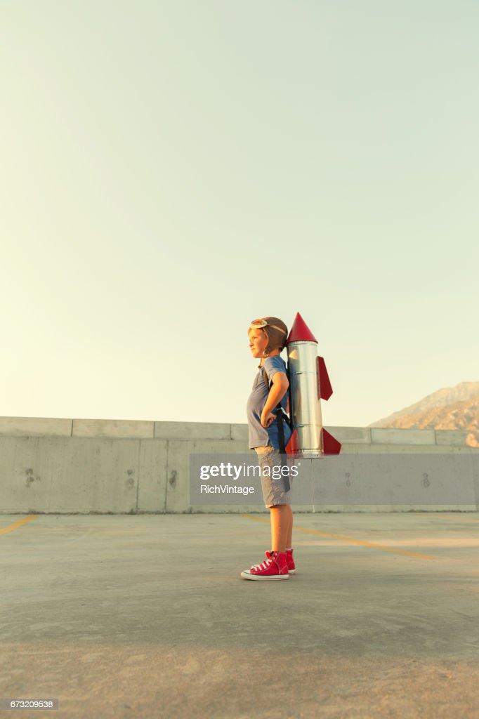 Kleiner Junge träumt davon, fliegen mit Rucola : Stock-Foto