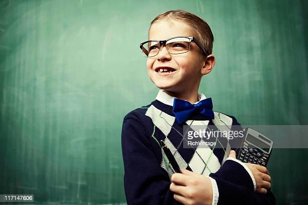 Jeune garçon déguisé en Grand dadais souriant dans une salle de classe