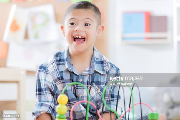 pré-escola desfrutando de menino - só um menino - fotografias e filmes do acervo