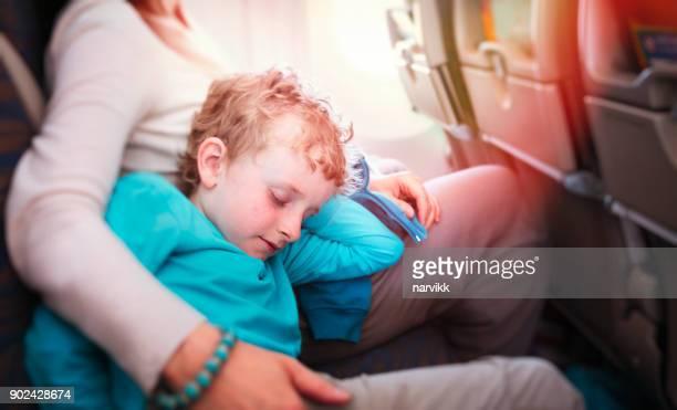Ung pojke att ha en vila med sin mor