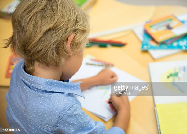 young boy having fun in library - alleen jongens stockfoto's en -beelden