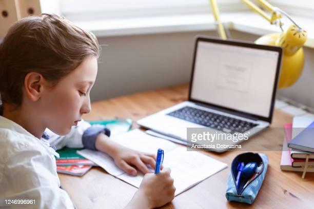 ragazzo homeschooling - distante foto e immagini stock