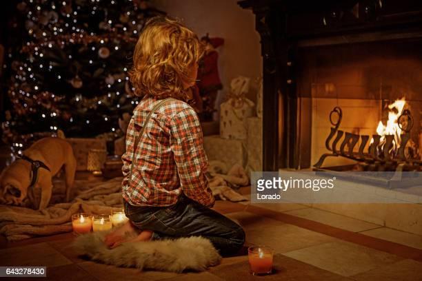 Joven en la escena de Navidad con decoraciones festivas en ambiente interior